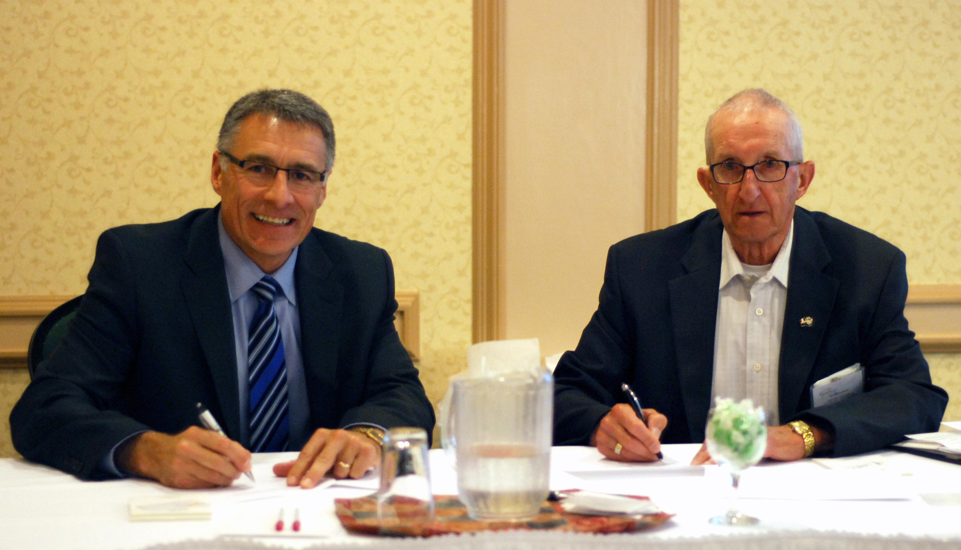 Allister Surette (à gauche), recteur et vice-chancelier à l'Université Sainte-Anne, et Paul d'Entremont (à droite), président du Réseau Santé – Nouvelle-Écosse, ont signé le protocole de collaboration lors du Forum Santé 2016 à Dartmouth.